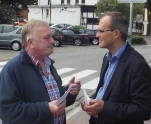 Der angeblich vermeumderische Gegenkandidat im Wahlkampfgespräch