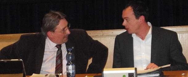 """""""Das ist doch eine schiefe Ebene!""""  """"Mag sein, aber sie führt doch nach oben."""" Der Finanzausschussvorsitzende Frank Schmeil (CDU) im Gespräch mit dem Kämmerinnenvertreter Johannsen (von den Lippen abgelesen, daher ohne Gewähr)"""